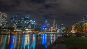 Härlig nattcityscape på den Yarra floden royaltyfri foto