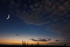 Härlig natthimmel, måne, härliga moln på nattbakgrund Måne som försvagas halvmånformigt ramadan bakgrund Arkivbild