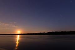 Härlig natthimmel med månen och konstellation över Danube River Royaltyfri Fotografi