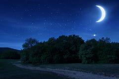 Härlig natthimmel med månen och stjärnorna Arkivbilder