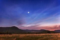 Härlig natthimmel med stjärnor och moln Arkivfoto