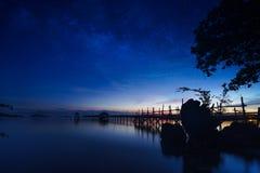 Härlig nattseascape med stjärnor i himlen, fotografering för bildbyråer