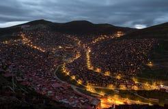 Härlig nattsikt av den buddistiska akademin Arkivfoto