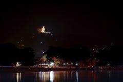 Härlig nattsikt av den i stadens centrum Kandyen, Sri Lanka Bahiravok Royaltyfria Bilder