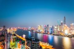 Härlig nattsikt av den moderna staden i shanghai arkivbilder