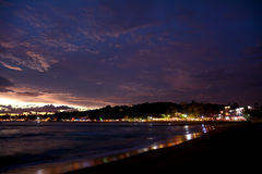 Härlig nattsikt av den upplysta Unawatuna tropiska stranden Arkivbild