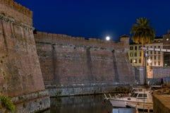 Härlig nattsikt av Fortezzaen Nuova av Livorno i det Venezia området, Tuscany, Italien royaltyfria foton