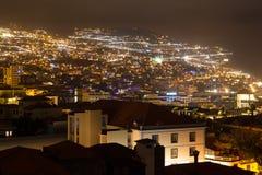 Härlig nattsikt av huvudstaden av madeiran Funchal, Portugal Arkivbild