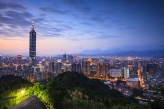 Härlig nattsikt av taipei horisont på natten, Taipei, Taiwan Arkivfoton