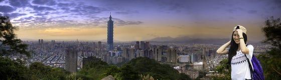 Härlig nattsikt av taipei horisont på natten, Taipei, Taiwan Royaltyfri Fotografi