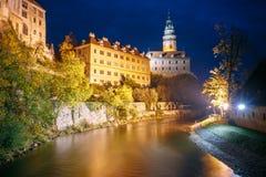 Härlig nattsikt som rockerar tornet i Cesky Krumlov, tjecktekniker Arkivfoton