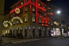 Härlig nattsikt till som dekoreras för julen i röd boutique för bandCartier mode royaltyfri fotografi