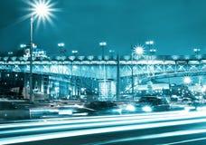 Härlig nattstad i rörelse Arkivbild
