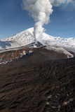 Härlig natur av Kamchatka: utbrottvulkan Royaltyfria Bilder