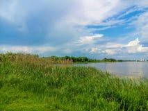 Härlig natur, flod och molnig blå himmel Arkivfoto