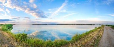 Härlig natur, panorama- sjölandskap Royaltyfria Foton