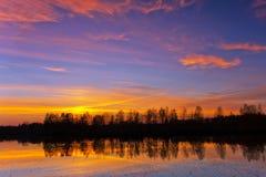 Härlig natur, solnedgång på floden royaltyfria bilder