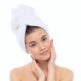 Härlig naturlig flickakvinna efter kosmetiska tillvägagångssätt, ansiktslyftning Royaltyfri Fotografi