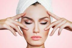 Härlig naturlig flickakvinna efter kosmetiska tillvägagångssätt cosmetology royaltyfria foton