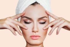 Härlig naturlig flickakvinna efter kosmetiska tillvägagångssätt cosmetology royaltyfri bild