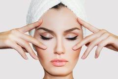 Härlig naturlig flickakvinna efter kosmetiska tillvägagångssätt i brunnsortsalong arkivfoto