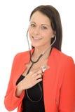 Härlig naturlig lycklig ung kvinnlig doktor With en stetoskop Royaltyfri Fotografi