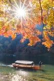 Härlig natursikt av Arashiyama i höstsäsong längs ret Royaltyfria Bilder