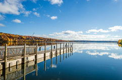 Härlig nedgångsikt på flodbanken Royaltyfria Foton
