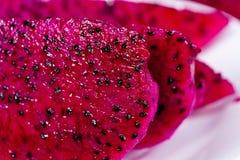 härlig ny skivad röd drakefrukt (pitayaen) Royaltyfri Fotografi