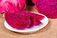 härlig ny skivad röd drakefrukt (pitayaen) Arkivfoton