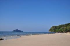Härlig obebodd ö på Satun arkivbild