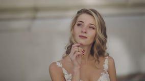 Härlig och älskvärd brud Nätt och brunn-ansad kvinna Slut som skjutas upp Blondin bröllop för tappning för klädpardag lyckligt stock video