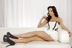 Härlig och attraktiv kvinnlig kvinna som poserar i vit och svart Arkivfoto