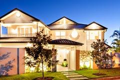 Härlig och fantastisk sikt av ett hus på natten royaltyfri foto