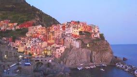 Härlig och hemtrevlig by av Manarola i Cinque Terre Reserve på solnedgången Liguria region av Italien stock video