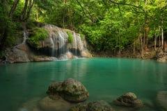 Härlig och hisnande grön vattenfall, vattenfall för Erawan ` s Royaltyfri Foto