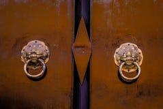 Härlig och klassisk gammal dörr i den thai templet Wat Mahathat, arkivbild