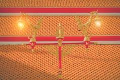 Härlig och klassisk konstlampstolpe i den thai templet Wat Mahatha Fotografering för Bildbyråer