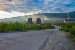 Härlig och lös tundra av arktisken i Ryssland och industrianläggning Arbeten kastar deras avfalls in i atmosfären Royaltyfri Bild