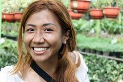 Härlig och lycklig asiatisk flicka som besöker botaniska trädgården Royaltyfri Bild