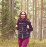 Härlig och lycklig kvinna för barn som, går i skoglägret, advent Royaltyfria Bilder