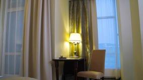 Härlig och modern design för hem- och hotellsovruminre plats Modernt och hemtrevligt rum i hotellet arkivfilmer