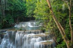 Härlig och mycket trevlig vattenfall för avkoppling Erawan Royaltyfria Bilder