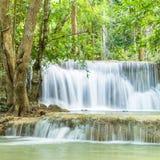 Härlig och mycket trevlig vattenfall för avkoppling, Erawan waterfa Arkivbilder