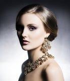 Härlig och rik kvinna för barn, i juvlar Royaltyfria Foton