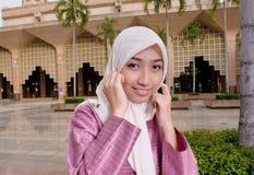 Härlig och söt asiatisk malajiska muslimsk dam Arkivfoton
