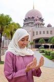 Härlig och söt asiatisk malajiska muslimsk dam Arkivfoto
