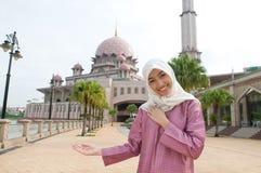 Härlig och söt asiatisk malajiska muslimsk dam Arkivbild