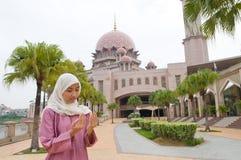 Härlig och söt asiatisk malajiska muslimsk dam Fotografering för Bildbyråer