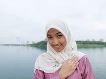 Härlig och söt asiatisk malajiska muslimsk dam Royaltyfri Bild